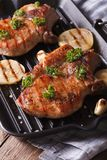 2 зажарили стейк свинины в конце-вверх гриля лотка вертикально Стоковое Изображение RF