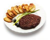 Зажарьте в духовке мясо украшенное с луком, оливкой, и картошкой Стоковое Изображение