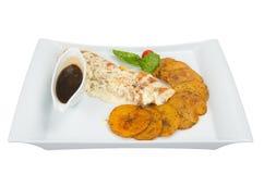 Зажарьте в духовке филе белого цыпленка с соусом гриба и зажаренными в духовке картошками Стоковые Изображения