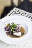 Зажарьте в духовке филе белых рыб с овощами и соусом лука Стоковое Изображение RF