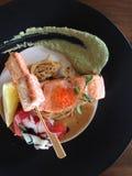 Зажарьте протыкальник Samon с соусом песто, Saute затир и томат на b Стоковое Изображение