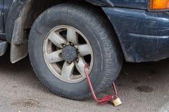 Зажатое переднее колесо незаконно припаркованного автомобиля Стоковое Изображение