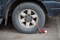 Зажатое переднее колесо незаконно припаркованного автомобиля Стоковые Фото