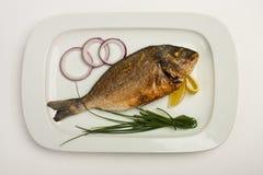 зажженная рыбами плита луков лимона Стоковое Изображение RF