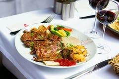 Зажженное мясо и испеченные овощи Стоковые Изображения RF
