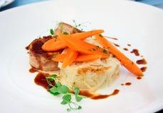 Зажженное мясо кролика обернутое в беконе и Стоковая Фотография
