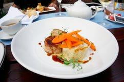 Зажженное мясо кролика обернутое в беконе и Стоковые Изображения RF