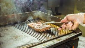 зажженное мясо Сочный стейк от говядины - мягкого focuse Стоковые Фото