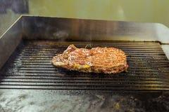 зажженное мясо Сочный стейк от говядины - мягкого focuse Стоковые Изображения