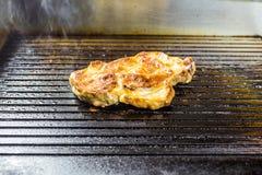 зажженное мясо Сочный стейк от говядины - мягкого focuse Стоковые Изображения RF