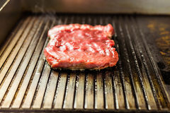 зажженное мясо Сочный стейк от говядины - мягкого focuse Стоковое фото RF
