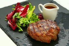 зажженное мясо стейк на подносе Стоковое Фото