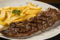 Зажженное мясо с французскими фраями Стоковые Изображения RF