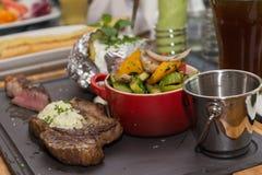 зажженные овощи мяса стоковая фотография rf
