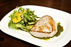 Зажженные рыбы с салатом Стоковые Фотографии RF