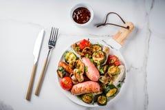 Зажженные сосиски и овощи Стоковые Изображения