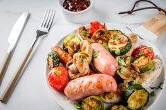 Зажженные сосиски и овощи Стоковая Фотография