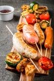 Зажженные сосиски и овощи Стоковое Фото