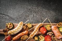 Зажженные сосиски и овощи Стоковые Фото