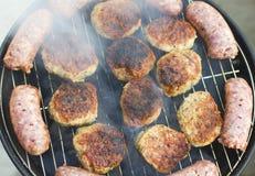 Зажженные сосиски и фрикадельки стоковое изображение rf