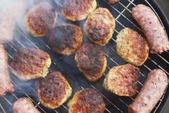 Зажженные сосиски и фрикадельки стоковое фото
