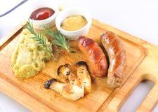 Зажженные сосиски с соусом стоковое изображение