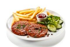 Зажженные стейк и fries франчуза Стоковые Фотографии RF
