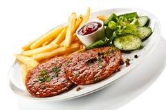 Зажженные стейк и fries франчуза Стоковые Изображения RF