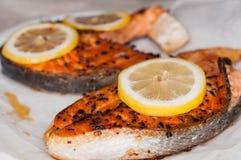 зажженные salmon стейки Стоковые Изображения