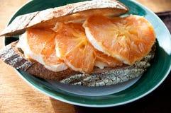 Зажженный сандвич грейпфрута на плите Стоковая Фотография