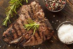 Зажженный стейк T-косточки BBQ Стоковая Фотография