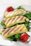 Зажженный сыр Halloumi на салате ракеты Стоковая Фотография