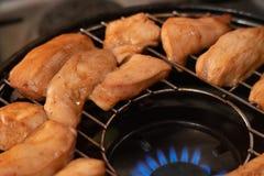 Зажженный цыпленок на решетке газа стоковые фотографии rf