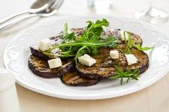 Зажженный Aubergine с салатом Feta и Rocket Стоковое Фото