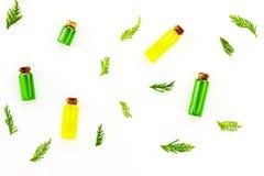 Заживление концепция масла можжевельника Aromatheraphy вдоль предпосылки ветви carpeting создающ земной можжевельник впечатления  Стоковое фото RF