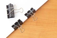2 зажима скрепляя бумаги Стоковые Фотографии RF
