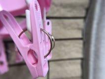 зажимка для белья с розовым цветом Стоковое Фото