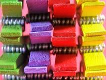 Зажимки для белья других цветов на шестках предпосылки пинка на верхней части Стоковое Изображение RF