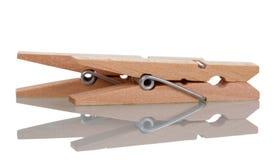 2 зажимки для белья на таблице, изолированной на белизне Стоковые Изображения
