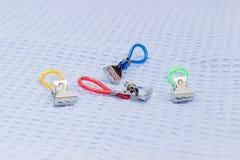 Зажимки для белья для полотенец с кольцами для висеть на крупном плане полотенца Стоковые Изображения