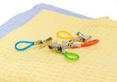 Зажимки для белья для полотенец с кольцами для висеть на крупном плане полотенец Стоковые Изображения RF
