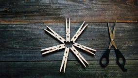 зажимки для белья и ножницы Стоковые Фото
