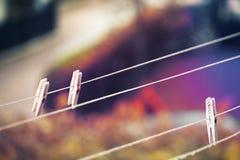 Зажимки для белья на веревке для белья Стоковое фото RF