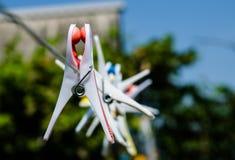 Зажимки для белья на веревочке на предпосылке неба Стоковое Изображение RF