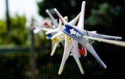 Зажимки для белья на веревочке на предпосылке неба Стоковые Фотографии RF