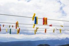 Зажимки для белья на веревочке на предпосылке доломитов Стоковое Фото