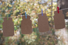 4 зажимки для белья на веревочке с коричневыми примечаниями Стоковая Фотография