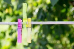 3 зажимки для белья на металле rope на предпосылке красивого Стоковые Фото