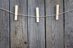 Зажимки для белья на планках веревочки и пустого год сбора винограда деревянных Стоковые Фото