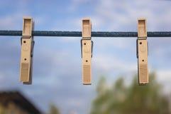 Зажимки для белья на старой веревочке Стоковые Фотографии RF